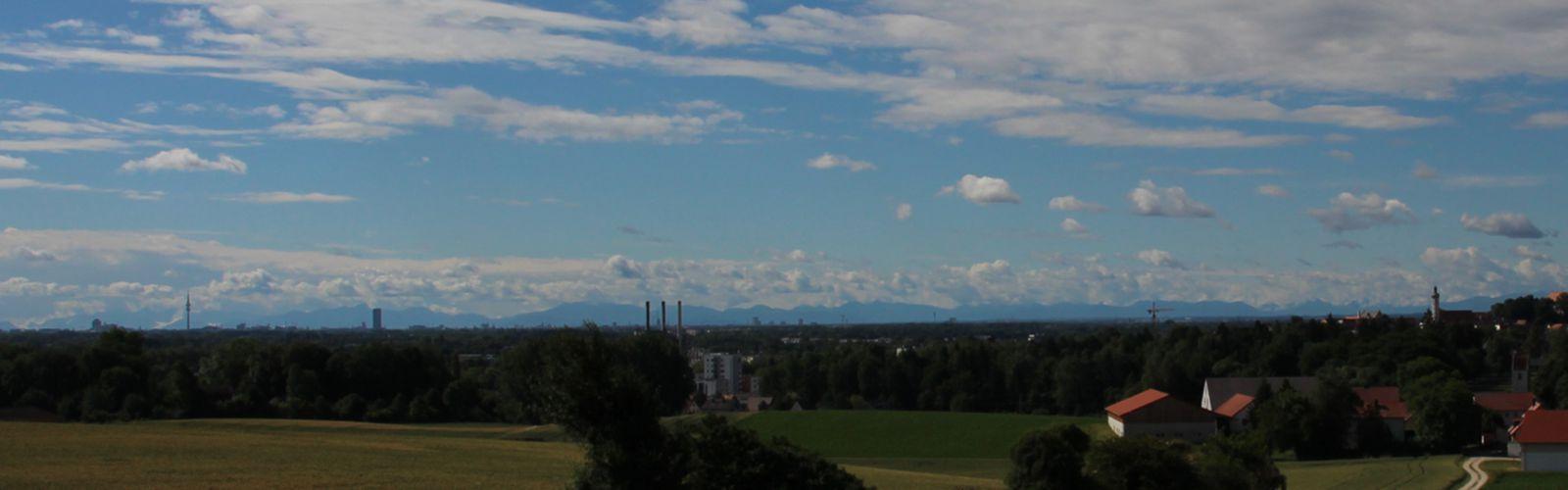 Dachau, Panorama mit Bergen, Olympiaturm München